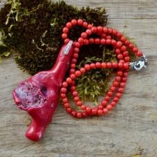 Punasest korallist kaelaehe ripatsiga