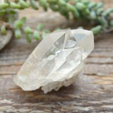 Mäekristalli väike tippudega kobar
