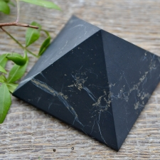 Püramiid - šungiit (8cm, matt)